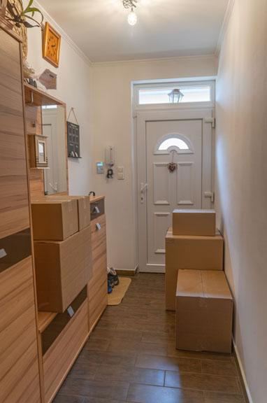 Költöztetés - előszoba dobozokkal